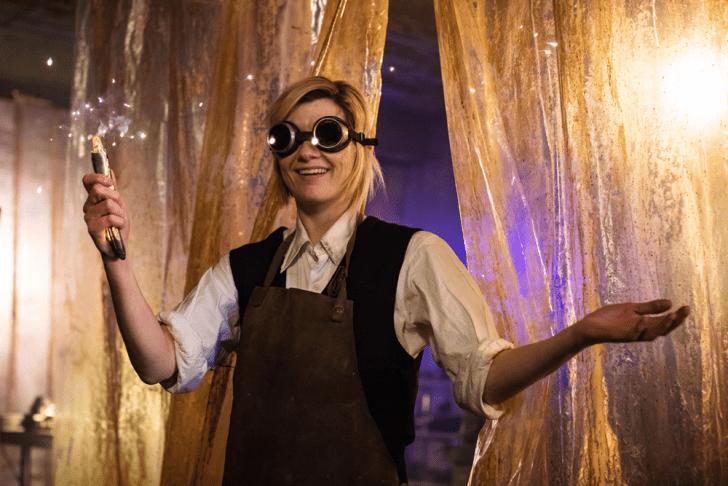 A 13. Doctor a kezében lévő szónikus csavarhúzóra büszkén