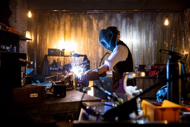 A 13. Doctor megalkotja a szónikus csavarhúzóját sheffieldi acélból és egy idegen kristályból (The Woman Who Fell to Earth)